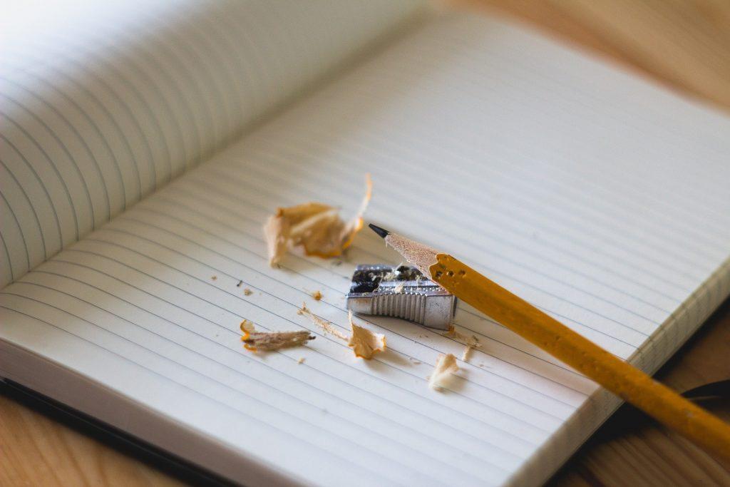 crayon et taille-crayon sur un carnet de note